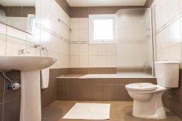 Ванная комната 2. Кипр, Пернера : Роскошный апартамент с гостиной, двумя спальнями и балконом, в комплексе с общим бассейном