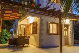 Терраса. Кипр, Сиренс Бич - Айя Текла : Потрясающая вилла с 2-мя спальнями, с бассейном, просторным зелёным двориком с lounge-зоной и традиционным кипрским барбекю