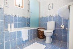 Ванная комната. Кипр, Сиренс Бич - Айя Текла : Роскошная вилла с бассейном, с 2-мя спальнями, прекрасным зелёным садом с патио и барбкю