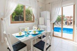 Обеденная зона. Кипр, Сиренс Бич - Айя Текла : Роскошная вилла с бассейном, с 2-мя спальнями, прекрасным зелёным садом с патио и барбкю