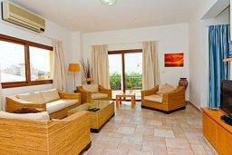Гостиная. Кипр, Си Кейвз : Комфортабельная вилла с потрясающим видом на Средиземное море, с 3-мя спальнями, с бассейном,солнечной террасой с патио и барбекю, с сауной и джакузи