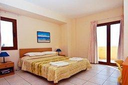Спальня. Кипр, Си Кейвз : Комфортабельная вилла с потрясающим видом на Средиземное море, с 3-мя спальнями, с бассейном,солнечной террасой с патио и барбекю, с сауной и джакузи