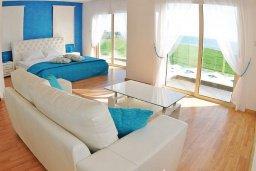 Спальня. Кипр, Мазотос : Красивая и современная вилла с шикарным видом на море, с 3-мя спальнями, с бассейном, патио и барбекю, расположена на побережье деревни Мазотос