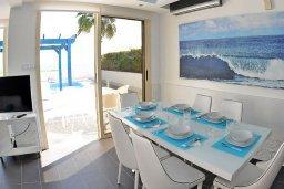 Обеденная зона. Кипр, Мазотос : Красивая и современная вилла с шикарным видом на море, с 3-мя спальнями, с бассейном, патио и барбекю, расположена на побережье деревни Мазотос