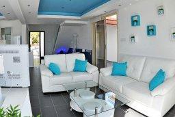 Гостиная. Кипр, Мазотос : Красивая и современная вилла с шикарным видом на море, с 3-мя спальнями, с бассейном, патио и барбекю, расположена на побережье деревни Мазотос