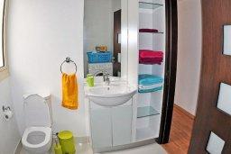 Ванная комната. Кипр, Мазотос : Красивая и современная вилла с шикарным видом на море, с 3-мя спальнями, с бассейном, патио и барбекю, расположена на побережье деревни Мазотос