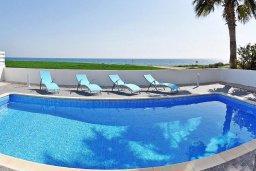Бассейн. Кипр, Мазотос : Красивая и современная вилла с шикарным видом на море, с 3-мя спальнями, с бассейном, патио и барбекю, расположена на побережье деревни Мазотос