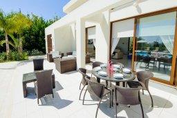 Обеденная зона. Кипр, Санрайз Протарас : Элегантная вилла с видом на море, с 4-мя спальнями, с большим бассейном и зелёной территорией, с патио, барбекю и баскетбольной площадкой