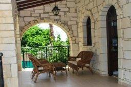 Терраса. Кипр, Аргака : Роскошная прибрежная вилла с 6-ю спальнями, с бассейном, зелёным садам с беседкой и барбекю