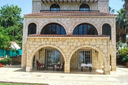 Фасад дома. Кипр, Аргака : Роскошная прибрежная вилла с 6-ю спальнями, с бассейном, зелёным садам с беседкой и барбекю