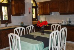 Кухня. Кипр, Аргака : Роскошная прибрежная вилла с 6-ю спальнями, с бассейном, зелёным садам с беседкой и барбекю