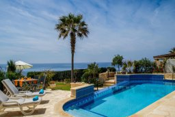 Бассейн. Кипр, Корал Бэй : Роскошная вилла с шикарным видом на Средиземное море, с 6-ю спальнями, с бассейном, тенистой террасой с патио и барбекю, расположена на первой линии в Coral Bay