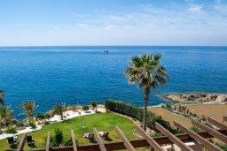 Вид на море. Кипр, Корал Бэй : Роскошная вилла с шикарным видом на Средиземное море, с 6-ю спальнями, с бассейном, тенистой террасой с патио и барбекю, расположена на первой линии в Coral Bay