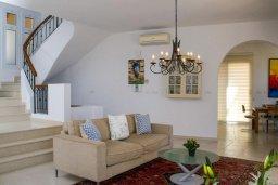 Гостиная. Кипр, Корал Бэй : Роскошная вилла с шикарным видом на Средиземное море, с 6-ю спальнями, с бассейном, тенистой террасой с патио и барбекю, расположена на первой линии в Coral Bay