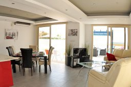 Гостиная. Кипр, Мазотос : Красивая и современная вилла с потрясающим видом на море, с 3-мя спальнями, с бассейном, патио и барбекю, расположена в 100 метрах от пляжа