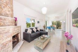 Гостиная. Кипр, Санрайз Протарас : Шикарная вилла с 3-мя спальнями, большим двориком с солнечной террасой с патио и с бассейном, расположена в эксклюзивном районе Profitis Elias Hill