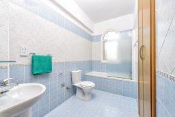 Ванная комната. Кипр, Каппарис : Роскошная вилла с видом на море, с 3-мя спальнями, с бассейном и солнечной террасой с патио и барбекю