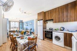Кухня. Кипр, Пернера : Современный апартамент с большой гостиной, двумя спальнями и балконом