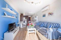 Гостиная. Кипр, Пернера : Современный апартамент с большой гостиной, двумя спальнями и балконом