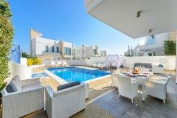Зона отдыха у бассейна. Кипр, Каво Марис Протарас : Лакшери вилла с видом на море, с 6-ю спальнями, с бассейном с джакузи, тренажерным залом, сауной и lounge-зоной, расположена на собственном песчаном пляже