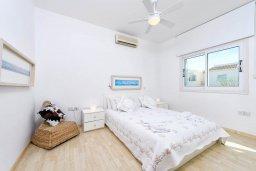 Спальня. Кипр, Коннос Бэй : Современная вилла с панорамным видом на море, с 5-ю спальнями, с бассейном, потрясающим патио и барбекю, расположена на первой линии моря