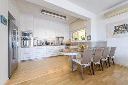 Кухня. Кипр, Коннос Бэй : Современная вилла с панорамным видом на море, с 5-ю спальнями, с бассейном, потрясающим патио и барбекю, расположена на первой линии моря