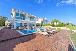Фасад дома. Кипр, Коннос Бэй : Современная вилла с панорамным видом на море, с 5-ю спальнями, с бассейном, потрясающим патио и барбекю, расположена на первой линии моря