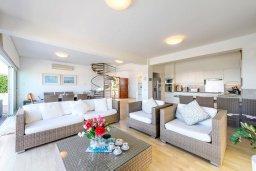 Гостиная. Кипр, Коннос Бэй : Современная вилла с панорамным видом на море, с 5-ю спальнями, с бассейном, потрясающим патио и барбекю, расположена на первой линии моря