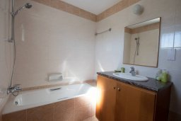 Ванная комната. Кипр, Санрайз Протарас : Шикарная вилла с 3-мя спальнями, с бассейном, тенистой террасой с патио, барбекю и настольным теннисом
