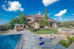 Вид на виллу/дом снаружи. Кипр, Аммос - Лимнария Бич : Потрясающая вилла с террасой на крыше с захватывающим видом на Ayia Napa и Средиземное море, с 4-мя спальнями, с бассейном в окружении пышного зелёного сада, lounge-зоной и барбекю, расположена в предгорьях Ayia Napa в очень уединенном и спокойном районе