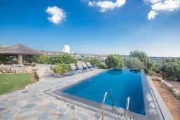 Бассейн. Кипр, Аммос - Лимнария Бич : Потрясающая вилла с террасой на крыше с захватывающим видом на Ayia Napa и Средиземное море, с 4-мя спальнями, с бассейном в окружении пышного зелёного сада, lounge-зоной и барбекю, расположена в предгорьях Ayia Napa в очень уединенном и спокойном районе