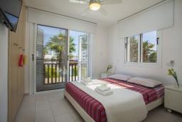 Спальня. Кипр, Пернера : Современная вилла с 3-мя спальнями, с бассейном, тенистой террасой с патио, lounge-зоной и барбекю, в окружении зелёного сада, расположена около пляжа Pernera Beach