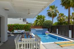 Терраса. Кипр, Пернера : Современная вилла с 3-мя спальнями, с бассейном, тенистой террасой с патио, lounge-зоной и барбекю, в окружении зелёного сада, расположена около пляжа Pernera Beach