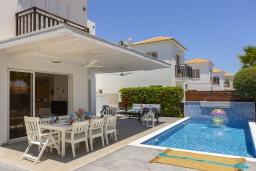 Вид на виллу/дом снаружи. Кипр, Пернера : Современная вилла с 3-мя спальнями, с бассейном, тенистой террасой с патио, lounge-зоной и барбекю, в окружении зелёного сада, расположена около пляжа Pernera Beach