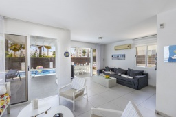Гостиная. Кипр, Пернера : Современная вилла с 3-мя спальнями, с бассейном, тенистой террасой с патио, lounge-зоной и барбекю, в окружении зелёного сада, расположена около пляжа Pernera Beach