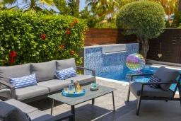 Зона отдыха у бассейна. Кипр, Пернера : Современная вилла с 3-мя спальнями, с бассейном, тенистой террасой с патио, lounge-зоной и барбекю, в окружении зелёного сада, расположена около пляжа Pernera Beach