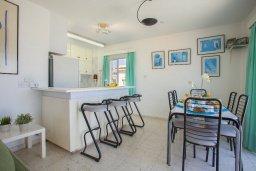 Кухня. Кипр, Коннос Бэй : Прекрасный апартамент с большой гостиной, двумя спальнями, двумя ванными комнатами и балконом