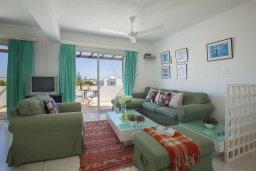 Гостиная. Кипр, Коннос Бэй : Прекрасный апартамент с большой гостиной, двумя спальнями, двумя ванными комнатами и балконом