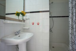 Ванная комната. Кипр, Коннос Бэй : Прекрасный апартамент с большой гостиной, двумя спальнями, двумя ванными комнатами и балконом