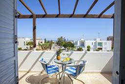 Балкон. Кипр, Коннос Бэй : Прекрасный апартамент с большой гостиной, двумя спальнями, двумя ванными комнатами и балконом