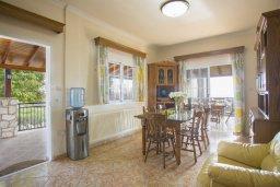 Обеденная зона. Кипр, Центр Айя Напы : Потрясающая вилла с 4-мя спальнями, просторным зелёным садом с беседкой и традиционной глиняной печью