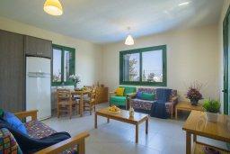 Гостиная. Кипр, Санрайз Протарас : Прекрасный апартамент с гостиной, двумя спальнями и балконом с видом на море