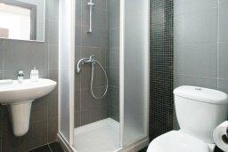 Ванная комната. Кипр, Фиг Три Бэй Протарас : Апартамент в 100 метрах от пляжа, с двумя спальнями, двумя ванными комнатами и балконом, в комплексе с бассейном, тренажерным залом и теннисным кортом