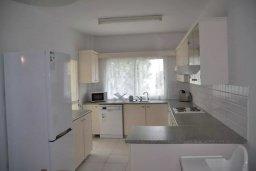 Кухня. Кипр, Пернера : Апартамент в комплексе с бассейном, в 100 метрах от пляжа, с гостиной, тремя спальнями, двумя ванными комнатами и двумя балконами с видом на море