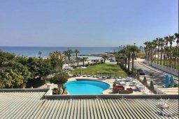 Вид на море. Кипр, Пернера : Апартамент в комплексе с бассейном, в 100 метрах от пляжа, с гостиной, тремя спальнями, двумя ванными комнатами и двумя балконами с видом на море