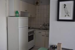 Кухня. Кипр, Дубль Скала : Апартамент с гостиной, отдельной спальней и балконом с видом на море, расположен в 50 метрах от набережной Ларнаки и недалеко от пляжей Finikoudes и Mackenzie Beach