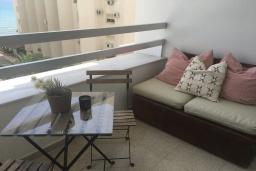 Балкон. Кипр, Дубль Скала : Апартамент с гостиной, отдельной спальней и балконом с видом на море, расположен в 50 метрах от набережной Ларнаки и недалеко от пляжей Finikoudes и Mackenzie Beach