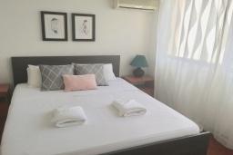 Спальня. Кипр, Дубль Скала : Апартамент с гостиной, отдельной спальней и балконом с видом на море, расположен в 50 метрах от набережной Ларнаки и недалеко от пляжей Finikoudes и Mackenzie Beach