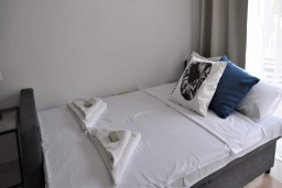 Гостиная. Кипр, Дубль Скала : Апартамент с гостиной, отдельной спальней и балконом с видом на море, расположен в 50 метрах от набережной Ларнаки и недалеко от пляжей Finikoudes и Mackenzie Beach