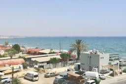 Вид на море. Кипр, Дубль Скала : Апартамент с гостиной, отдельной спальней и балконом с видом на море, расположен в 50 метрах от набережной Ларнаки и недалеко от пляжей Finikoudes и Mackenzie Beach